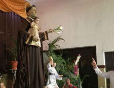 El párroco Miquel Cortés señala la imagen de San Antonio de Padua que se venera en la iglesia del barrio San Antonio, zona 6 capitalina. Festividad del 2017. (Foto Prensa Libre: Hemeroteca PL).
