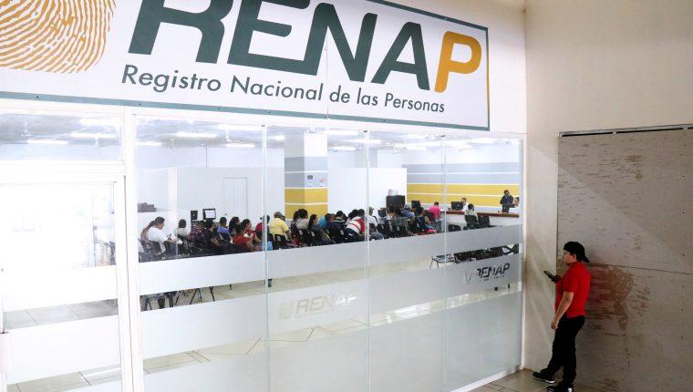 Usuarios esperan atención en la sede del Renap en Izabal. (Foto Prensa Libre: Hemeroteca PL)