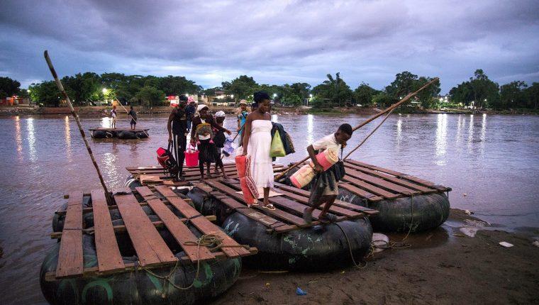 Migrantes ingresan a territorio mexicano utilizando el cruce del río Suchiate, que delimita la línea fronteriza con México y Guatemala. (Foto Prensa Libre: EFE)