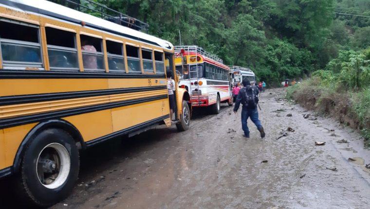 Autobuses no pudieron transitar debido a los derrumbes en la carretea que conecta con Sololá. (Foto Prensa Libre: Cortesía)