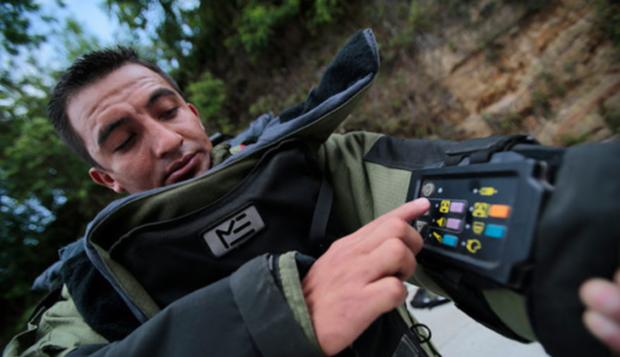 Experto en la manipulación de artefactos explosivos revisa equipo que utilizan para desactivarlos. (Foto Prensa Libre: Ministerio de Gobernación).