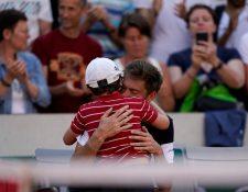 El hijo de Mahut corre para consolar a su padre y desata la ovación del público. (Foto Prensa Libre: AFP)