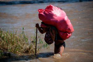 El río también lo cruzan varios comerciantes para ofrecer sus productos tanto en Guatemala como Mëxico. Foto Prensa Libre: AFP