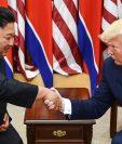 El líder de Corea del Norte Kim Jong Un y el presidente de los Estados Unidos Donald Trump se dan la mano durante una reunión en el lado sur de la Línea de Demarcación Militar que divide a Corea del Norte y del Sur. (Foto Prensa Libre: AFP)