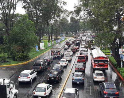 La lluvia ha complicado la movilidad en algunos puntos como el Bulevar Liberación. (Foto Prensa Libre: Andrea Domínguez).