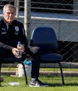 El seleccionador de Uruguya, Oscar Tabarez es la piedra angular del futbol charrúa. (Foto Prensa Libre: EFE)