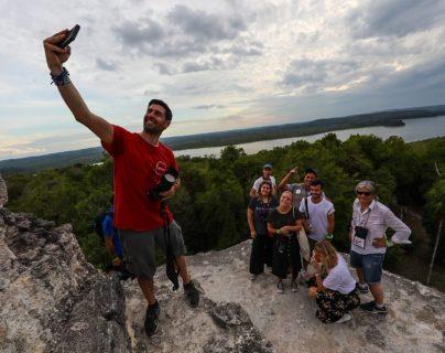 Alberto Menéndez de Mochileros TV es periodista especializado en viajes y turismo e influencia, en su visita al sitio arqueológico Yaxhá en Petén. (Foto, Prensa Libre: Inguat).