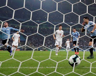 El jugador de Uruguay Luis Suárez (d) celebra un gol, durante el partido Uruguay-Japón del Grupo C de la Copa América de Fútbol 2019. (Foto Prensa Libre: EFE)