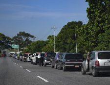 Conductores esperan en fila para abastecerse en una gasolinera, en Barinas, Venezuela. (Foto Prensa Libre: AFP)