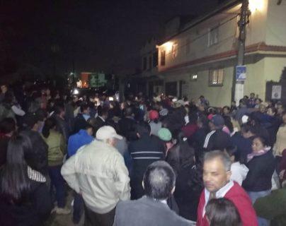 Cientos de vecinos se reunieron para exigir al alcalde que se concluya con el recapeo. (Fotos Prensa Libre: María Longo)