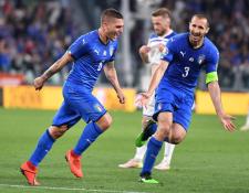 Marco Verratti (izquierda) de Italia celebra un gol ante Bosnia, durante el partido de clasificación para el Grupo J de la UEFA Euro 2020. (Foto Prensa Libre: EFE)