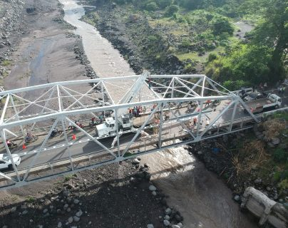 El puente Carlos Castillo Armas, en Escuintla, permanece cerrado por  reparaciones a su estructura. (Foto Prensa Libre: Rolando Miranda)