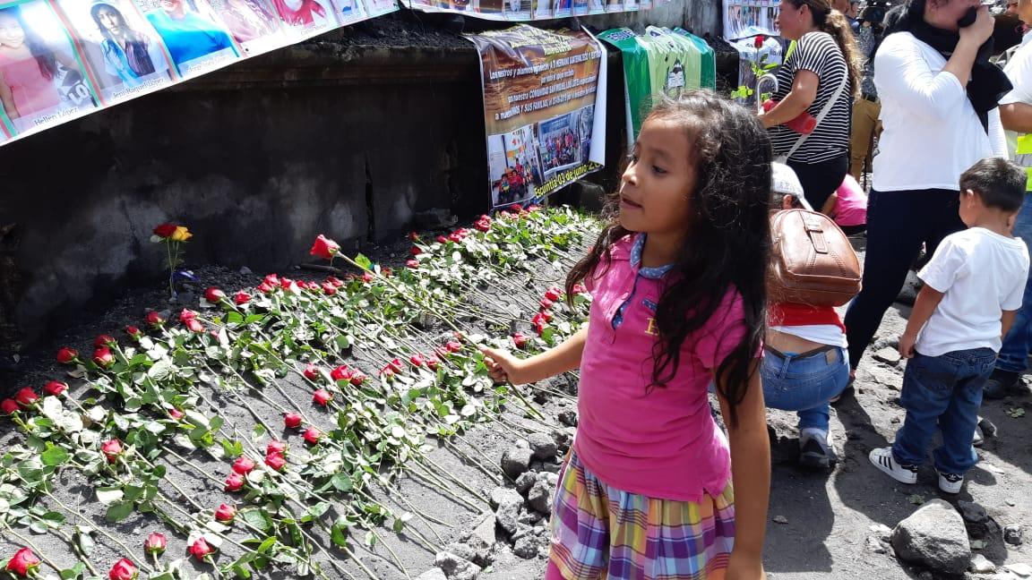 """""""Este día me trae tristeza"""", familiares recuerdan con una rosa a las víctimas de la erupción del Volcán de Fuego"""