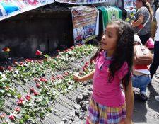 Familiares de los que perecieron por la erupción del volcán de Fuego llegaron al área afectada este lunes y les elaboraron un mural.(Foto Prensa Libre: Enrique Paredes)
