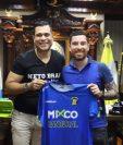 Jean Jonathan Márquez posa con la camisola de Deportivo Mixco, su nueva casa futbolística. (Foto Prensa Libre: Twitter @netobran)