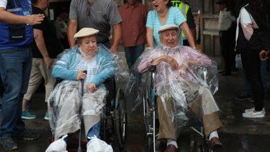 Esta pareja cumplió con su deber ciudadano sin importar la lluvia