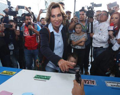 La presidenciable por el partido UNE, Sandra Torres, emitió su voto en la zona 15. (Foto Prensa Libre: Esbin García)