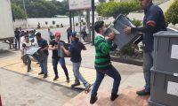 Las cajas con las boletas electorales son retiradas de los centros de votación en Huehuetenango.( Foto Prensa Libre: Mike Castillo)