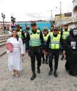 Policías caminaron hasta la nueva sede, los acompañaron dos personas disfrazadas que invitaban a la población a no usar el celular al conducir. (Foto Prensa Libre: María Longo)