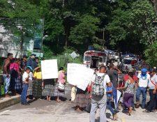Pobladores denuncian supuesta fraude en elecciones y bloquean ruta del Polochic. (Foto Prensa Libre: Eduardo Sam)