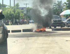 Grupo de pobladores bloquea el paso en El Estor, Izabal. (Foto Prensa Libre: Dony Stewart)