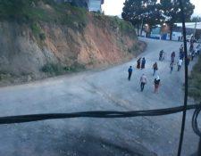 Pobladores descontentos atacan sede de bomberos y palacio municipal en San Juan Chamelco. (Foto Prensa Libre: Eduardo Sam)
