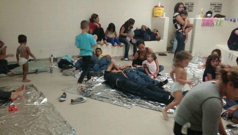 """Niños y adultos sufren con las políticas de """"tolerancia cero"""" de Donald Trump. En los centros de detención el trato es inhumano sin importar edad. (Foto Prensa Libre: EFE)"""