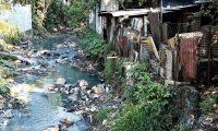 Foto 4: los ríos que cruzan Escuintla van contaminados con aguas negras y basura.