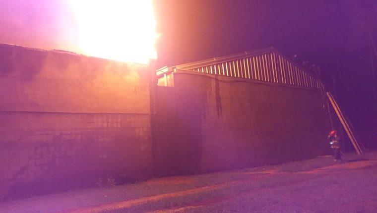 El incendio se registra en una bodega con algodón para la elaboración de hilo, en Buena Vista, Chimaltenango. (Foto Prensa Libre: Víctor Chamalé)
