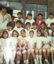 Exalumnos de Ricardo Arjona lo felicitan en el Día del Maestro. (Foto Prensa Libre: Fundación Adentro)