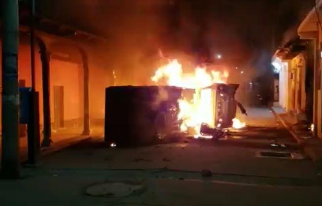 Un vehículo se consume en Ilotenango, Quiché. (Imagen: Héctor Cordero)
