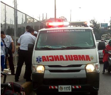 Bomberos trasladan a una de las mujeres que pretendían lanzarse este miércoles del puente El Incienso. (Foto: Amílcar Montejo)