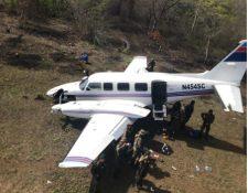 La avioneta Piper fue abandonada en la Laguna del Tigre, Petén. (Foto Prensa Libre: Ejército de Guatemala)