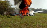 El Ejército incinera la avioneta hallada en la Laguna del Tigre. (Foto Prensa Libre: Ejército de Guatemala)