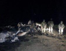 La aeronave fue incinerada, a pesar de la acción militar. (Foto Prensa Libre: cortesía)