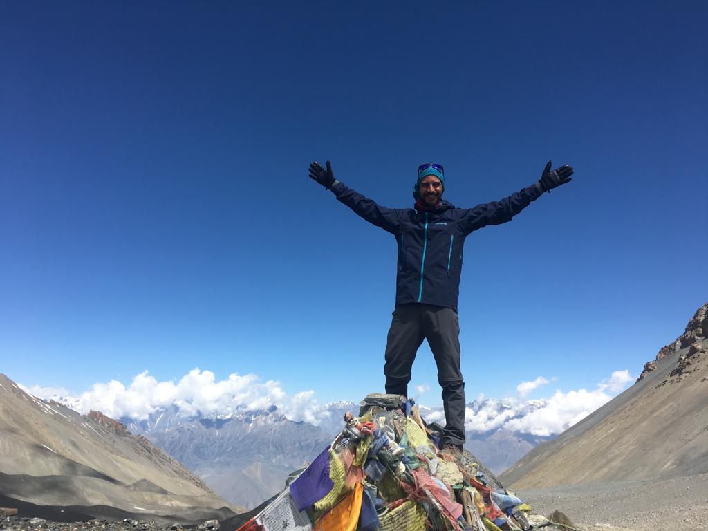 El guatemalteco Andrés de Paz Nicol escala el paso de montaña Thorong, en el Himalaya, a más de 5 mil metros de altura