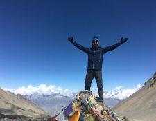 El guatemalteco luce victorioso después de llegar al punto más alto de la montaña Thorong La en los Himalaya. (Foto Prensa Libre: cortesía)
