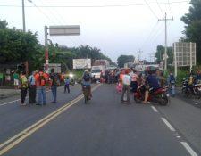 Varias personas permanecen obstaculizando el paso vehicular. (Foto Prensa Libre: Cortesía)