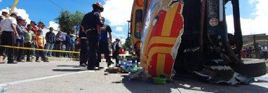 El ayudante del autobús extraurbano murió aplastado. (Foto Prensa Libre: knal 4 Quiché)