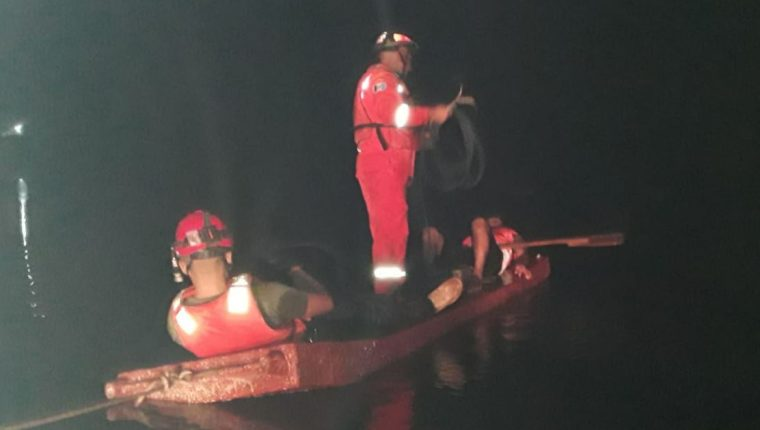 Socorristas continuaban la búsqueda este lunes por la noche. (Foto: Bomberos Voluntarios)