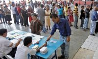 Guatemaltecos llegan a los centros de votaciones en el municipio de San Jose del Golfo.  Fotografia Esbin Garcia