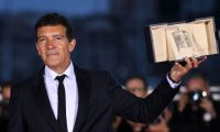 "TOPSHOT - Spanish actor Antonio Banderas holds his trophy during a photocall on May 25, 2019 after he won the Best Actor Prize for his part in ""Dolor Y Gloria (Pain and Glory)"" at the 72nd edition of the Cannes Film Festival in Cannes, southern France. (Photo by LOIC VENANCE / AFP)"