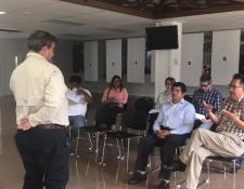 Guatemaltecos que participarán en las mesas receptoras de votos reciben capacitación de un delegado del TSE. (Foto Prensa Libre: Marco López)
