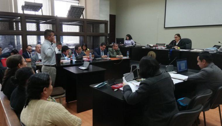 La jueza Claudette Domínguez juramenta a un intérprete en la continuación de la indagatoria a los implicados en el caso Lanquín. (Foto Prensa Libre: Kenneth Monzón)