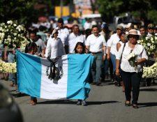 Familiares y amigos de las víctimas de la erupción del Volcán de Fuego, ocurrida el 3 de junio del 2018, participan en una caminata en las comunidades afectadas. (Foto Prensa Libre: Carlos Ovalle)