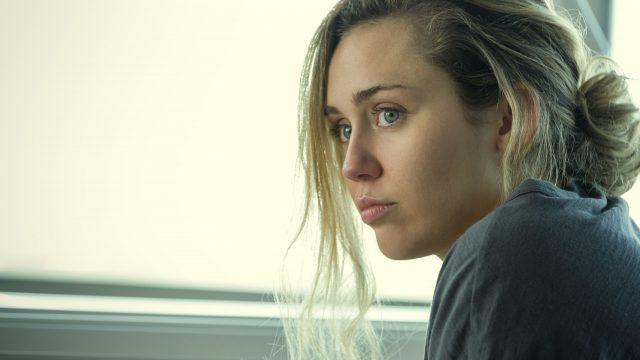 """La cantante y actriz estadounidense Miley Cyrus es protagonista en un capítulo de la serie """"Black Mirror"""". (Foto Prensa Libre: Netflix)"""