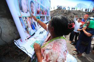 En carteles se pusieron fotografías de las víctimas.  Foto Prensa Libre: Carlos Hernández