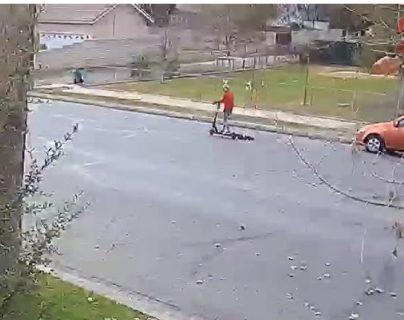 Captura de video, publicado por 23 ABC, donde se observa al perrito atado atrás de la patineta eléctrica de la mujer.