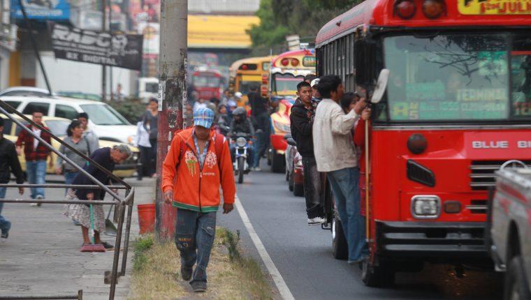 Los capitalinos aún demandan un mejor transporte público, según la encuesta. (Prensa Libre: Hemeroteca PL)