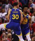 Quinn Cook y Stephen Curry (30) de los Golden State Warriors celebran la victoria contra los Toronto Raptors, en el segundo duelo de la final de la NBA (Foto Prensa Libre: AFP)